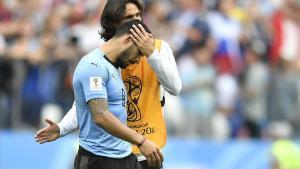 Edinson Cavani consuela a Luis Suárez al final del partido ante Francia