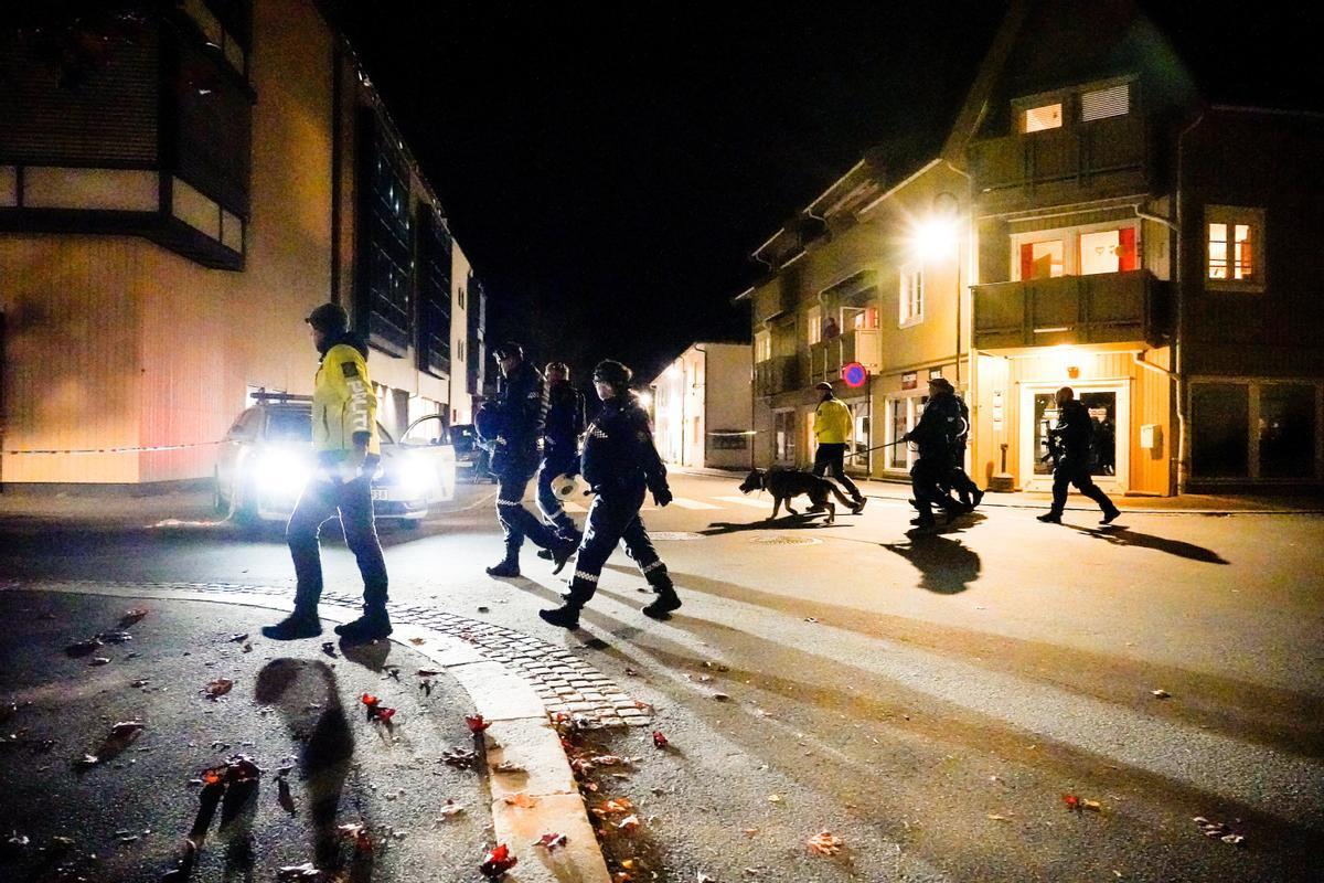 Agentes de policía patrullan la localidad de Kongsberg tras el ataque de esta tarde.