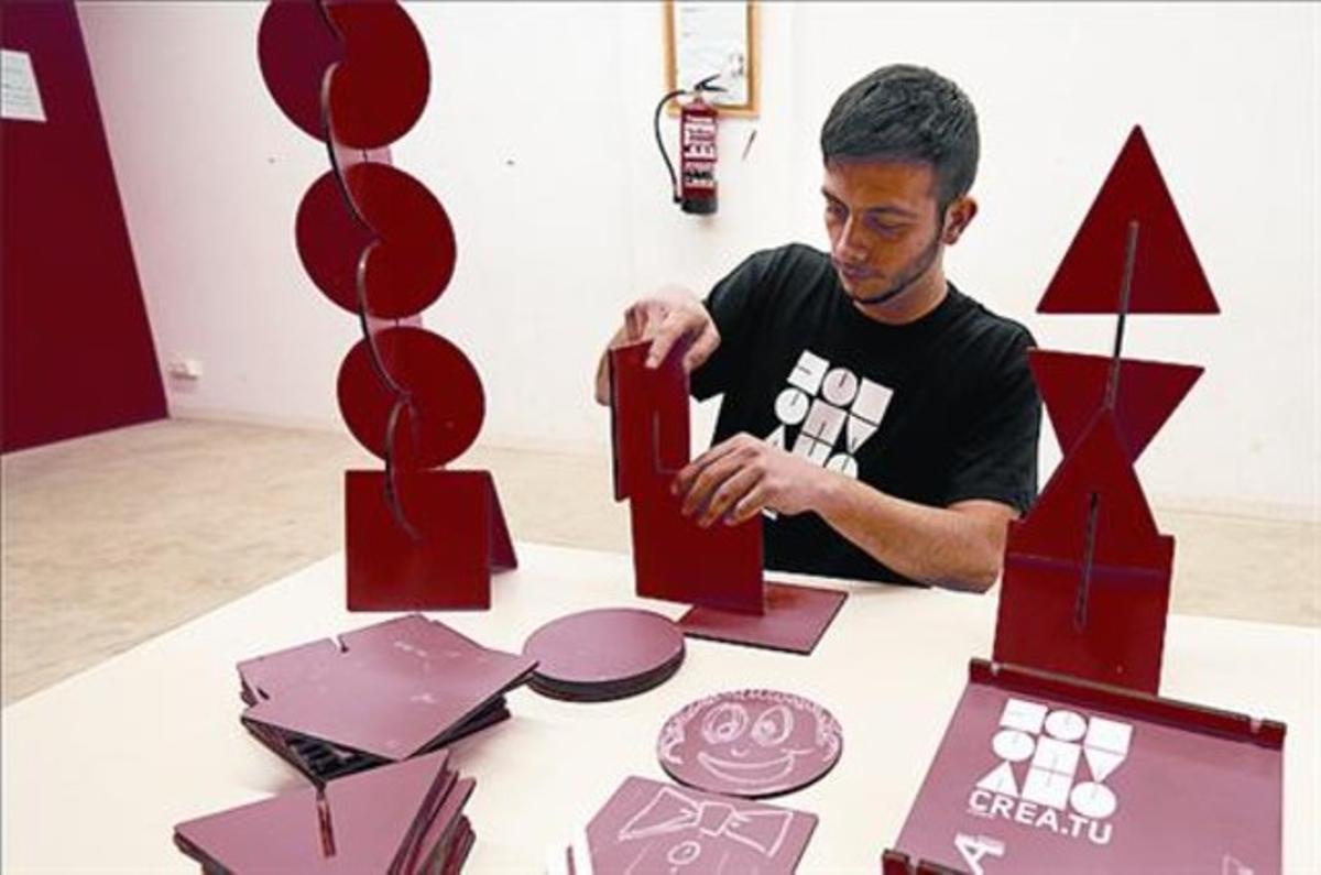 Creativo 8 Eduard Tió muestra cómo utilizar su juguete.