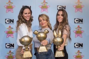 Amaya Valdemoro, Lydia Valentín y Ona Carbonell con el premio 'Supernenas'.
