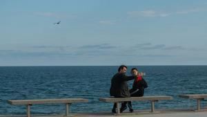 Un hombre y su hija se sacan un selfi cerca de la playa de la Mar Bella, el domingo 26 de abril.