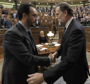 El portavoz del PSOE en el Congreso, Antonio Hernando, felicita a Mariano Rajoy tras la votación de investidura.