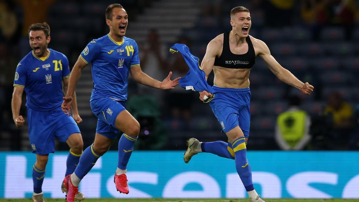Dovbyk (derecha) celebra su gol que metió a Ucrania en cuartos.