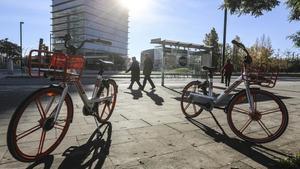 Bicicletas de alquiler Mobike junto a la plaza Europa de L'Hospitalet.