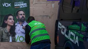 Pegada de carteles electorales de Vox en el marco de un acto electoral del partido en la localidad madrileña de Fuenlabrada, este lunes.