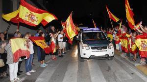 Varias decenas de personas han despedido con vivas a España y a la Guardia Civil a los agentes de la Comandancia de Algeciras (Cádiz).