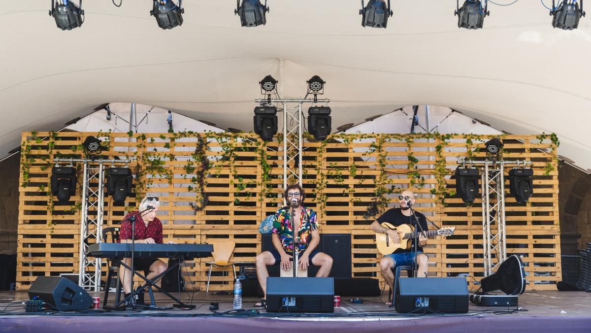 El grupo Los Piratas Rumbversions, en una actuación reciente en el Poble Espanyol.