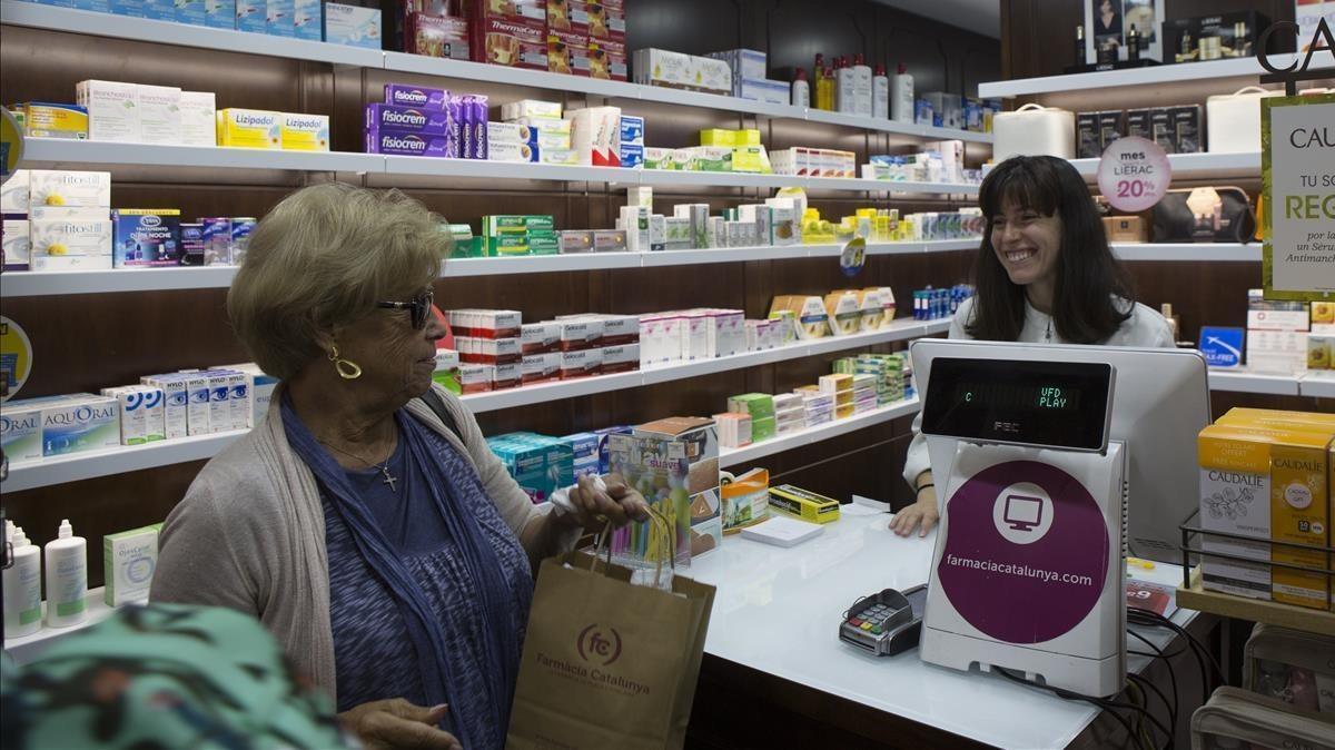 Fármacos tradicionales y productos homeopáticos, en las estanterías de la farmacia Catalunya, en Barcelona.