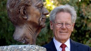 Hans Küng, junto a un busto suyo en la ciudad alemana de Tubinga, en 2005.