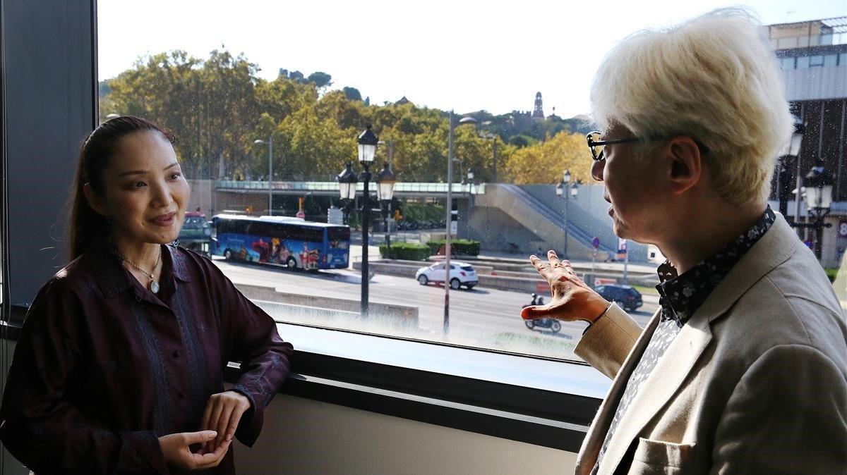 El cineasta Macoto Tezka, hijo del 'mangaka' Osamu Tezuka, con su mujer, la también autora de manga Reiko Okano,este miércoles en el Manga Barcelona.