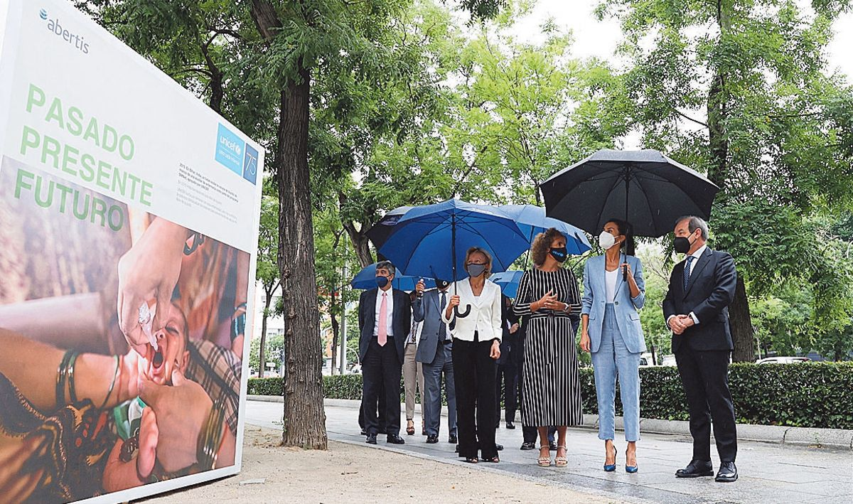 La Reina Letizia visita la exposición de Unicef y Abertis.
