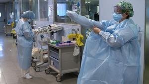Personal sanitario de la Unidad de Cuidad Personal sanitario de la Unidad de Cuidados Intensivos (UCI) para enfermos de coronavirus del Hospital Universitario Dr. Josep Trueta de Girona.