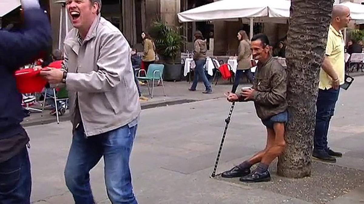 'Hooligans' del Arsenal emulan a los del PSV con la 'moda' de molestar y mofarse de los mendigos.