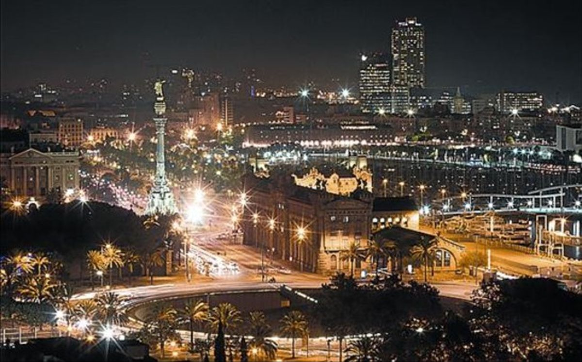 Vista nocturna de Barcelona desde Miramar.