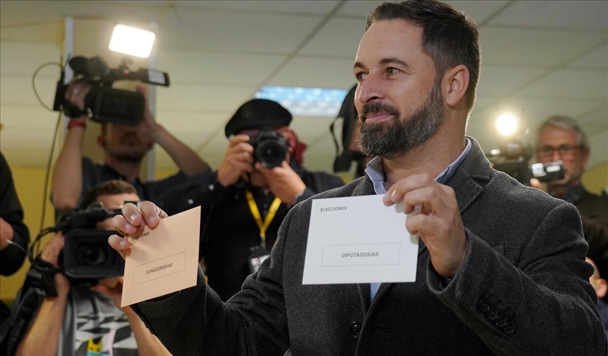 El presidente de Vox, Santiago Abascal, vota en un colegio electoral de su barrio de residencia en Madrid.