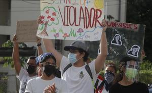 Varias personas participan en una protesta contra el abuso infantil en el marco del escandalo de abusos sexuales a decenas de menores de edad desde 2015 en albergues de Panamá supervisados por el Estado hoyen Ciudad de Panamá (Panamá).