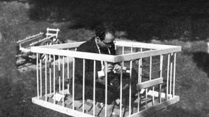 Francesc Tosquelles, en el jardín del hospital de Saint-Alban , c. 1944.
