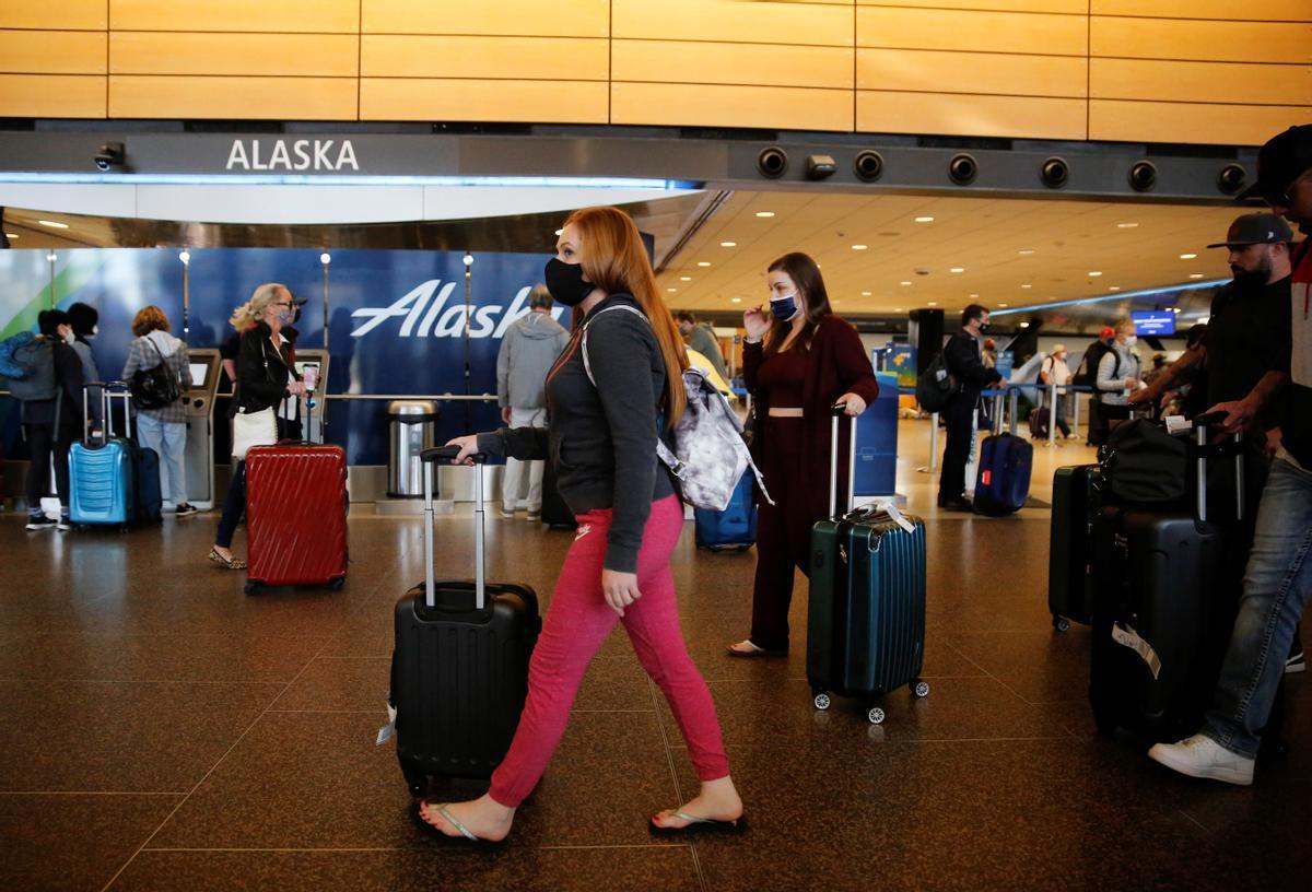 ´Viajeros con destino a Alaska en el aeropuerto de Seattle.