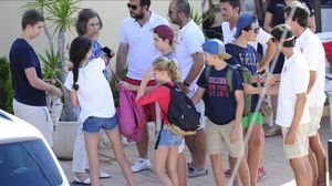 La reina Sofía se ha reunido con sus nietosJuan Valentín,Pablo Nicolás,Miguel, Irene Urdangarin, Victoria Federica yFelipe Juan Froilán Marichalar, en la escuela de vela de Calanova.