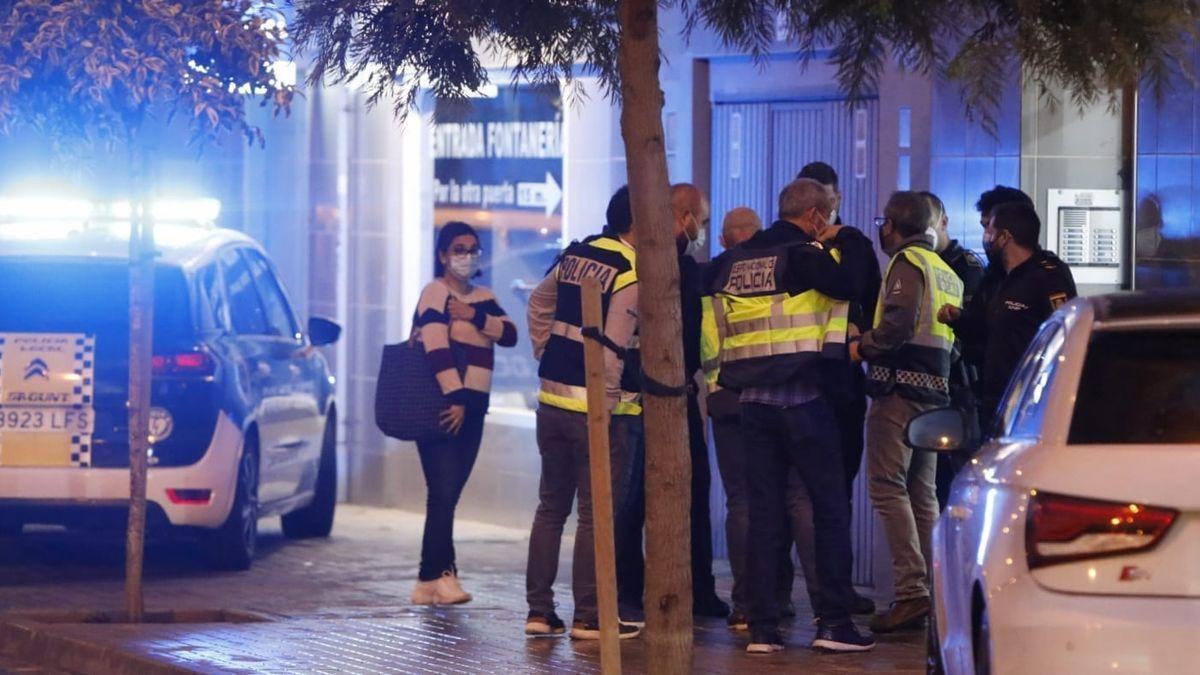 Agentes de la Policía de Sagunto, ante el lugar de los hechos.