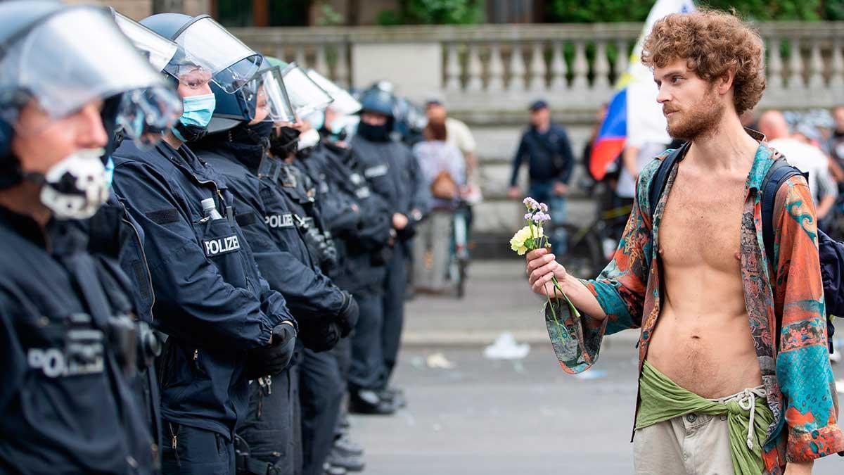 Un participante de una marcha antimascarilla en Berlín.