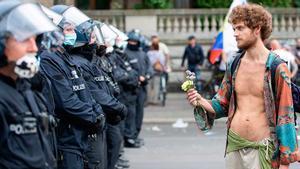 Berlín asiste a otra desafiante marcha del negacionismo antimascarilla.