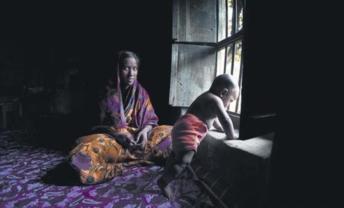 Sadia, una joven de 16 años de Bangladés que relató su matrimonio forzado, junto a su bebé.