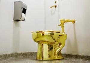 La obra 'America', de Maurizio Cattelana, el váter de oro que el Guggenheim ha ofrecido a Trump.