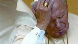 Juan Pablo II, en una audiencia en la plaza de San Pedro en el 2002, tres años antes de morir.