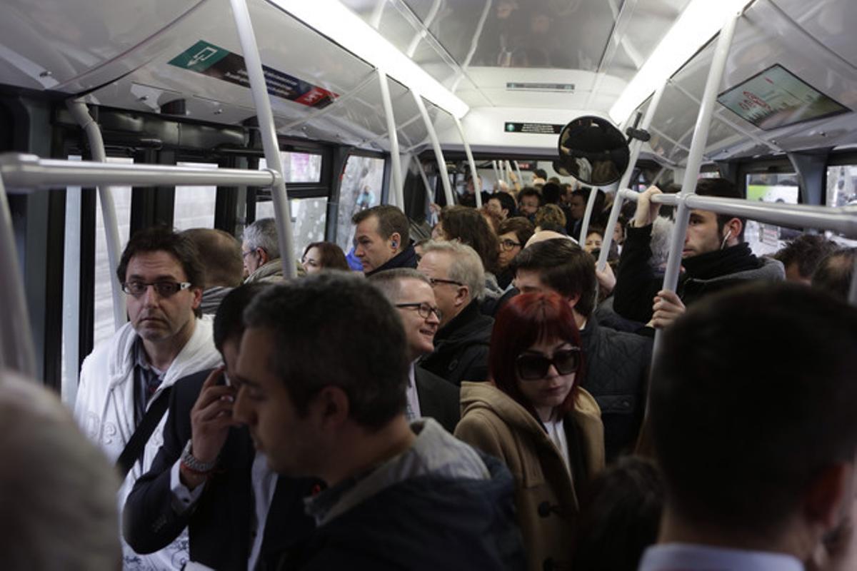 Autobús de la línea H-12, en la Gran Via dirección plaza Espanya.