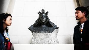 La escultura 'Busto de matrona representando Barcelona', de Eusebi Arnau, con toda la ornamentación restituida.