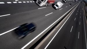 Vehículos circulando por una autovía.