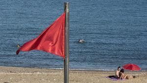 Barcelona prohibeix banyar-se a totes les platges fins dilluns