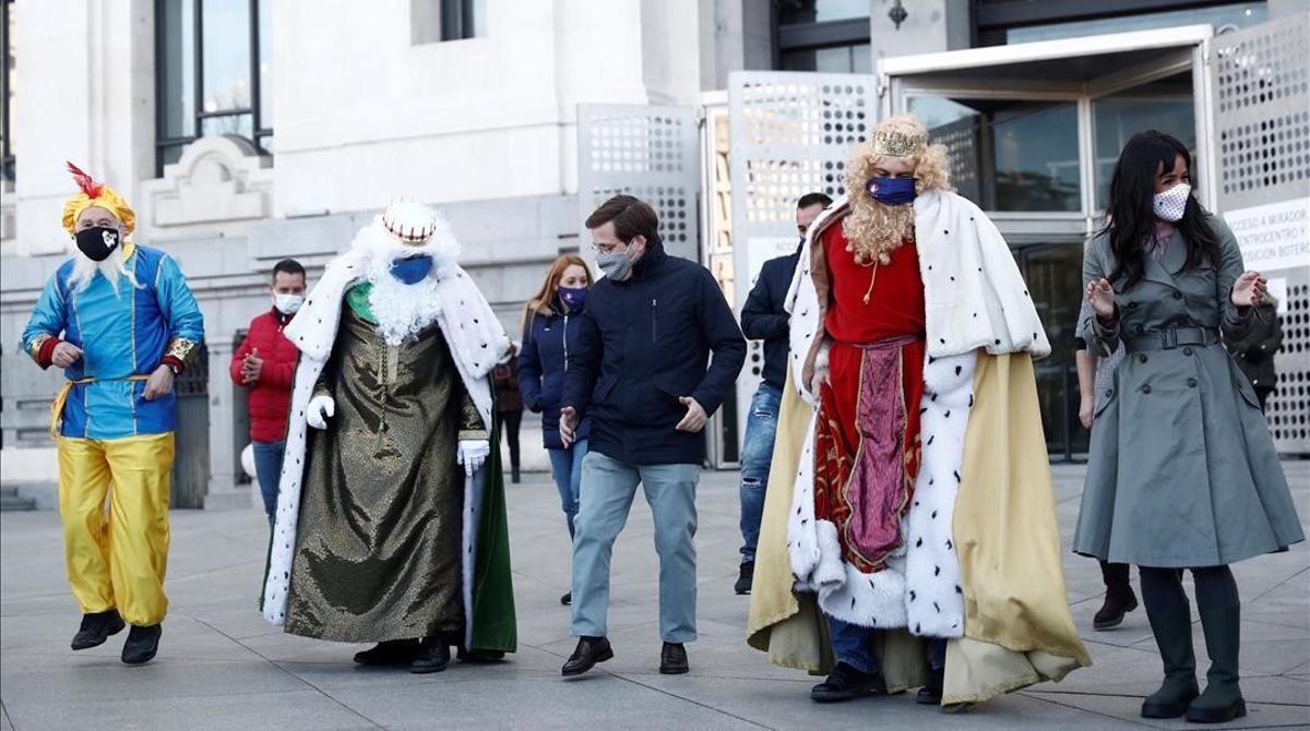 Almeida baila con la comitiva de los Reyes Magos.