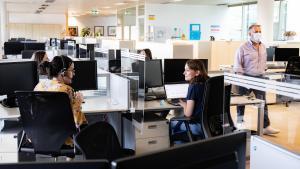La Generalitat i les empreses mantenen la tornada a l'oficina malgrat la cinquena onada
