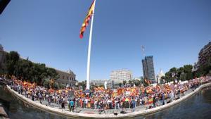 Miles de manifestantes claman contra los indultos a los líderes independentistas este 13 de junio en la madrileña plaza de Colón.
