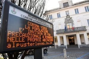 El cartel luminoso que advierte a los habitantes de Casalpusterlengo (Lombardía), la población italiana donde ha fallecidounanciano.