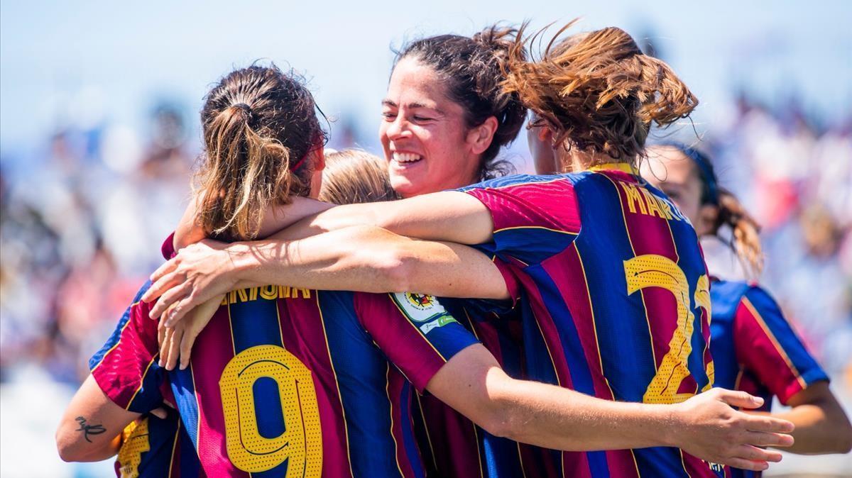 El abrazo de las jugadoras tras el gol de Bruna.