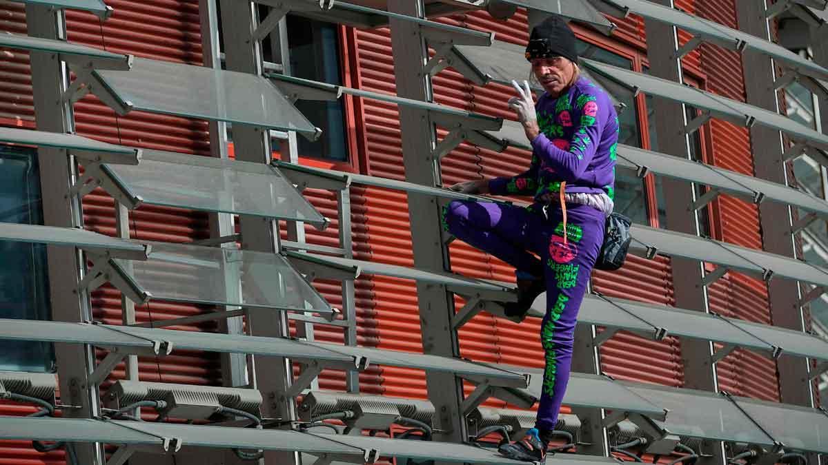 El 'Spiderman francés' escala de nuevo la torre Glòries de Barcelona.
