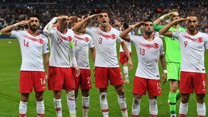 Los jugadores turcos hacen el saludo marcialtras un partido de clasificación de la Eurocopa, el 14 de octubre en el estadio de Saint-Denis (París).