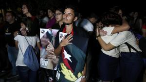 Estudiantes universitarios de La Habana siguen los funerales de Fidel Castro en Santiago por televisión.