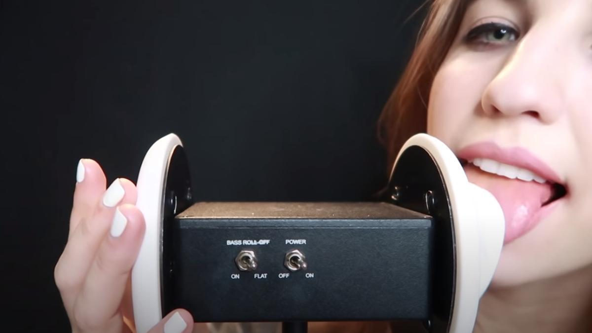 FrivolousFox lame un micrófono con forma de oreja para un vídeo ASMR