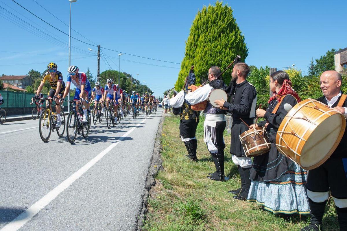 El pelotón de la Vuelta con folklore, en la penúltima etapa.
