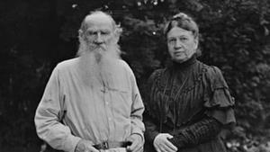 Lev Tolstói y su esposa, Sofia Behrs, hacia 1906.