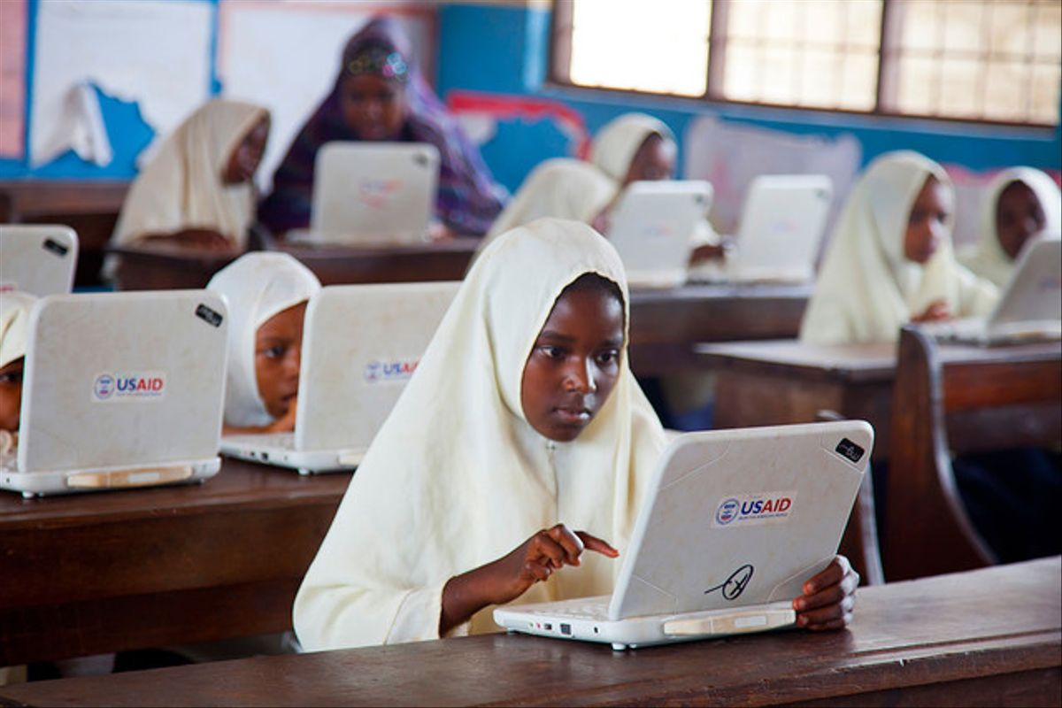 El programa TZ21 de la organización USAID proporciona herramientas tecnológicas a escuelas de Zanzibar, en Tanzania.