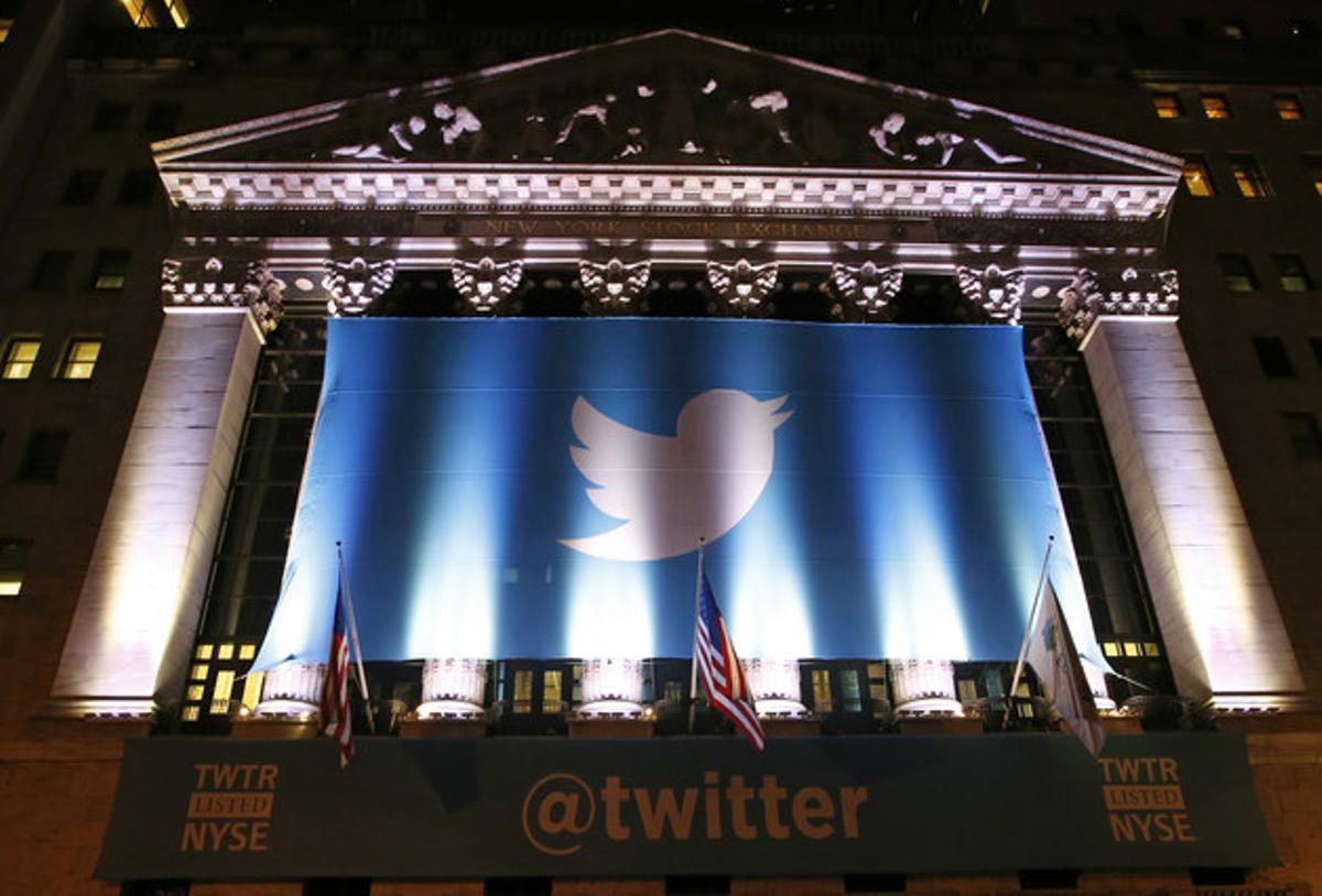 Un cartel con el logo de Twitter decora la fachada de la Bolsa de Nueva York el día que debutó en bolsa.