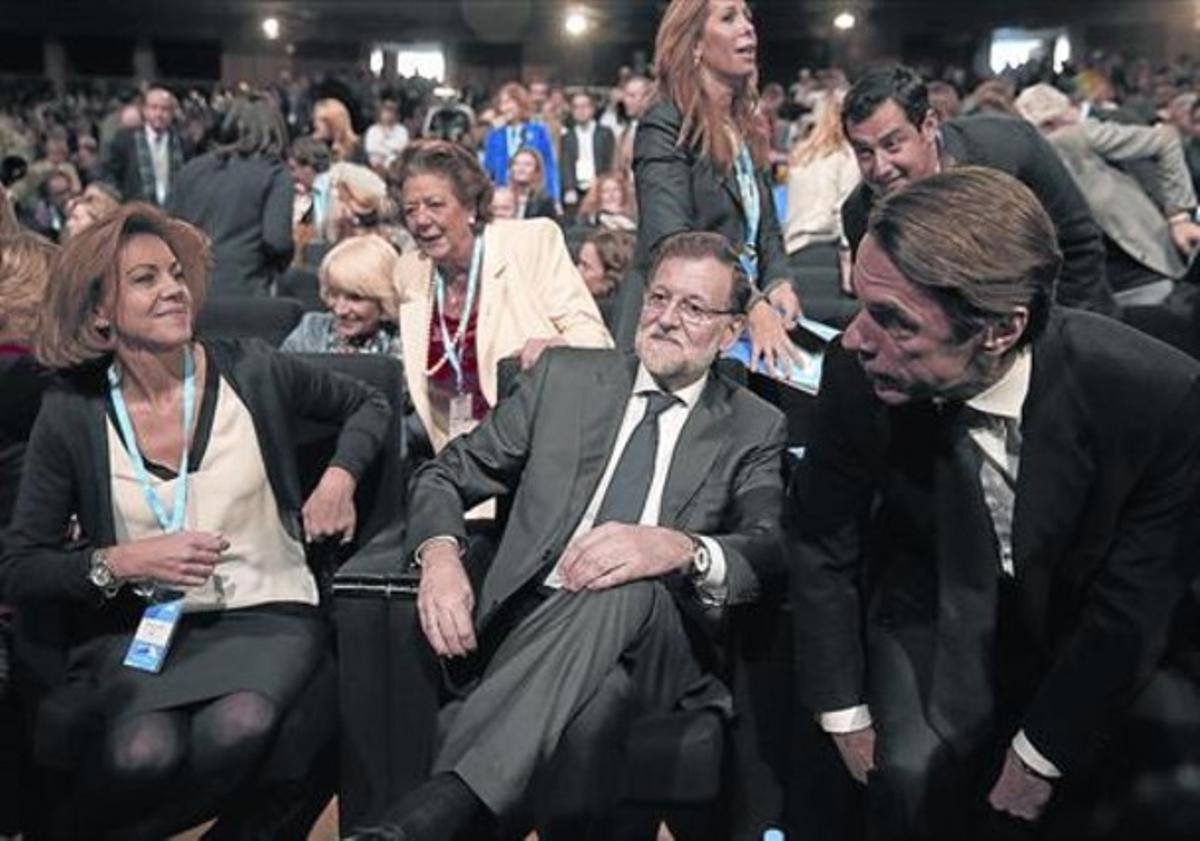 Rajoy, flanqueado por Cospedal y Aznar, ayer, en la primera jornada de la convención del PP.
