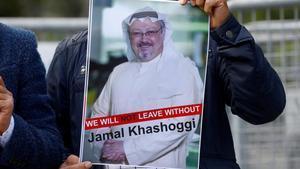 Un manifestante muestra la foto deJamal Khashoggi en una protesta frente al consulado de Arabia Saudí en Estambul.