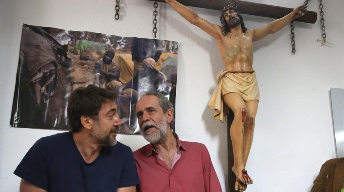 Javier Bardem (izquierda) y Willy Toledo, en la parroquia 'roja' de Vallecas (Madrid).