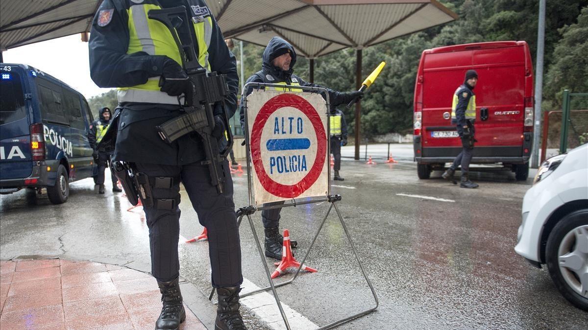 Controles policiales en la frontera de La Jonquera a todos los vehículos procendentes de Francia.